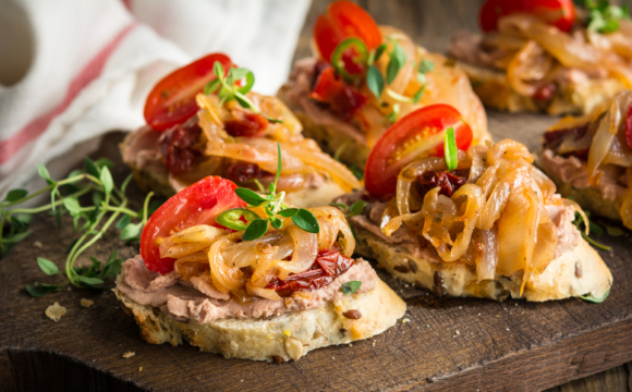 COMPASS_Bruschettas with caramelized onions and pate